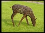 садовая скульптура косуля из проволоки